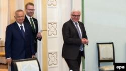 Президент Узбекистана Ислам Каримов (слева) и министр иностранных дел Германии Франк-Вальтер Штайнмайер (спрва). Ташкент, 30 марта 2016 года.