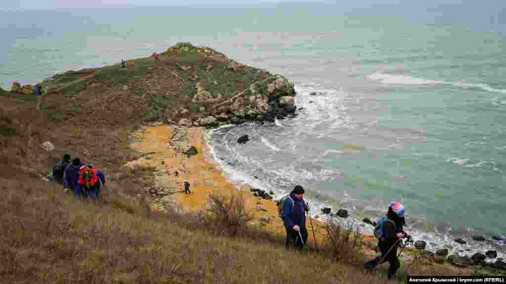 Туристы над безымянной бухтой мыса Китень. Высота утесов здесь достигает 15 метров