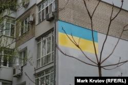 Граффити в виде украинского флага на стене жилого дома в центре Днепра