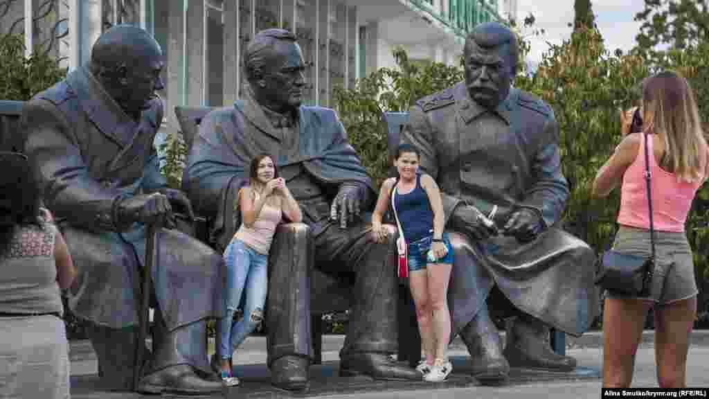 Пам'ятник Ялтинської конференції. Там же, неподалік від палацу, можна знайти Сталіна, Рузвельта і Черчілля, що сидять пліч-о-пліч, втілених у скульптурі по фотографії Ялтинської конференції 1945 року. Її встановили в лютому того ж року до 70-річчя зустрічі лідерів країн антигітлерівської коаліції. Пам'ятник, який має вагу понад 10 тонн, створив скульптор Зураб Церетелі ще 2005 року в Москві. Його хотіли встановити в Лівадії до 60-річчя конференції, але тоді громадськість виступила проти. У листопаді 2014 року монумент передали до Криму з Волгограда