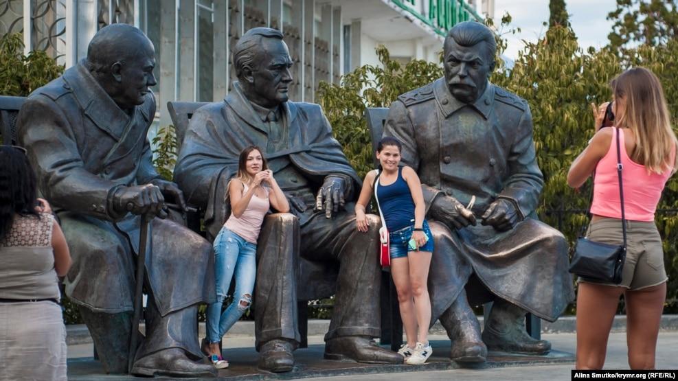 Памятник Ялтинской конференции. Там же, неподалеку от дворца, можно найти сидящих бок о бок Сталина, Рузвельта и Черчилля, воплощенных в скульптуре по фотографии Ялтинской конференции 1945 года. Ее установили в феврале того же года к 70-летию встречи лидеров стран антигитлеровской коалиции. Памятник, имеющий вес свыше 10 тонн, был создан скульптором Зурабом Церетели еще в 2005 году в Москве. Его хотели установить в Ливадии к 60-летию конференции, но тогда общественность выступила против. В ноябре 2014 года монумент передали в Крым из Волгограда