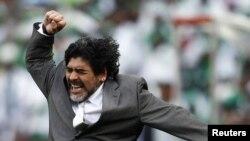Главный тренер сборной Аргентины Диего Марадона приветствует первый гол своей команды в ЮАР, 12 июня 2010