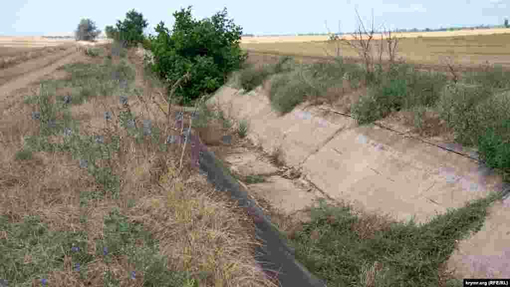 Отводной канал на окраине села. До перекрытия Северо-Крымского канала отсюда брали воду для дождевальных установок