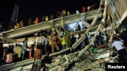 Рятувальники на місці обвалу, 24 квітня 2013 року
