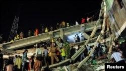 Люди на обломках разрушенного швейного комплекса. Савар, 24 апреля 2013 года.