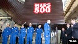 2010 елның 3 июнендә ябык корылмага кереп бикләнгән астронавтлар 4 ноябрьдә якты дөньяга чыкты