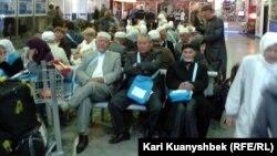 Қажыға бара жатқан азаматтар әуежайда отыр. Алматы, 16 қазан 2012 жыл.