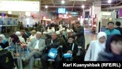Алматы әуежайында ұшақ күтіп отырған жолаушылар. (Көрнекі сурет)