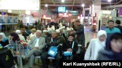 Пассажиры в аэропорту Алматы.