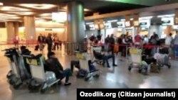 Узбекистанцы в стамбульском аэропорту, 22 марта 2020 года.