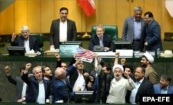 Иранские парламентарии сжигают флаг США после сообщения о выходе Соединенных Штатов из ядерного соглашения