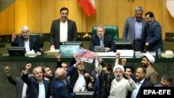 Иранские парламентарии жгут флаг США