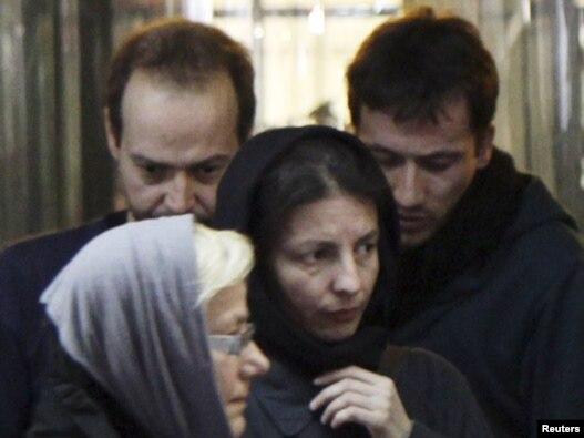 از راست به چپ: یِنس کُخ و مارکوس هِلویگ، دو مرد خبرنگار آلمانی بازداشت شده در ایران در دیدار با اعضای خانواده خود