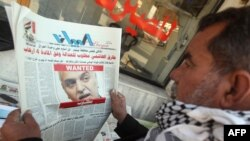 مواطن يقرأ خبر إتهام الهاشمي بقضايا إرهاب