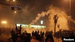 Демонстранттарга көздөн жаш агызчу газ атылды, Каир, 26-январь.