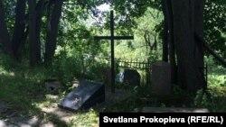 Памятный знак на месте бывшего кладбища