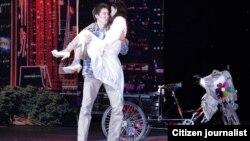 Фотография молодых актеров на театральной сцене. Фото прислано читателем Азаттыка на фотоконкурс.