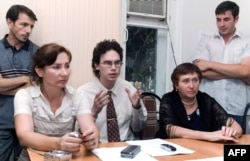 Наталья Эстемирова (слева) на пресс-конференции в Грозном, 2007 год