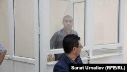 42-летний уроженец Сайрамского района Южно-Казахстанской области Абдухалил Абдужаббаров и его адвокат Жандос Булхайыр во время суда. Уральск, 1 августа 2017 года.