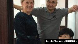 Адвокат Нурбике Ескендирова, подсудимый гражданский активист Макс Бокаев и общественный защитник Жанаргуль Бокаева. Атырау, 18 ноября 2016 года.