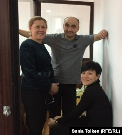 Макс Боқаев (ортада) адвокаты Нұрбике Ескендірова (сол жақта) және қорғаушысы Жанаргүл Боқаевамен сот залында. 18 қараша 2016 жыл.