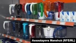 Фильтры для очистки воды в магазине по продаже бытовой техники. Алматы, 12 марта 2013 года.