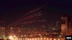 Небо над Белградом ночью 30 апреля 1999 года - с трассами зенитных снарядов.