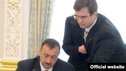 Prezident İlham Əliyev Demokratiya və İqtisadi İnkişaf Təşkilatının təsis edilməsi haqda bəyannaməni imzalayır, 23 may, 2006