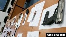 Оружје пронајдено кај ученици при претрес на МВР во Скопје.