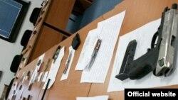 Оружје пронајдено кај ученици при претрес на МВР во Скопје на 10 март 2012 година.