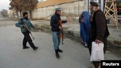 Policia në vendin e një sulmi të mëhershëm vetëvrasës në Pakistan