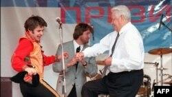 Президент Борис Ельцин танцует во время предвыборного митинга в городе Ростове. Россия, 10 июня 1996