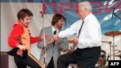 Орусия -- Президент Борис Ельцин шайлоо алдындагы митингде бийлеп жатат. Ростов, 10-июнь, 1996.