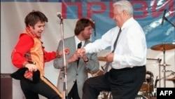 Arxiv foto: Rusiyanın keçmiş prezidenti Boris Yeltsin 1996-cı ildə prezident seçkisi kampaniyasında rəqs edərkən. 10 iyun 1996