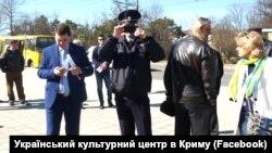 Російські силовики біля пам'ятника Тарасу Шевченку у Сімферополі, 9 березня 2017 року