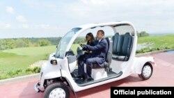 Әзербайжан президенті Ильхам Әлиев пен жұбайы жаңа гольф алаңын ашу кезінде.