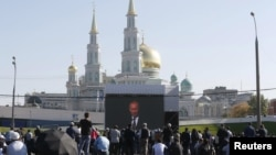 Մարդիկ լսում են Վլադիմիր Պուտինի ելույթը Մոսկվայի Մեծ մզկիթի բացման ժամանակ, 23-ը սեպտեմբերի, 2015թ.