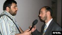 Мусоҳибаи Қаюмзод бо журналист Раҷаби Мирзо. Акс аз бойгонӣ