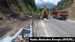 Јавните претпријатија од Битола чистат ѓубре крај магистралниот пат Ресен –Прилеп