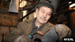Рабочий Петропавловского завода сельскохозяйственной техники. Иллюстративное фото.