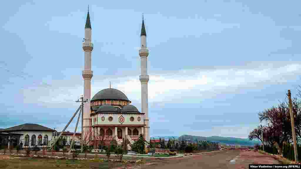 Aqmescitke (Simferopol) Aqyar (Sevastopol) tarafından kirişte Qırımnıñ eñ dülber ve zemaneviy camilerinden birisi Qadır Cami yerleşken