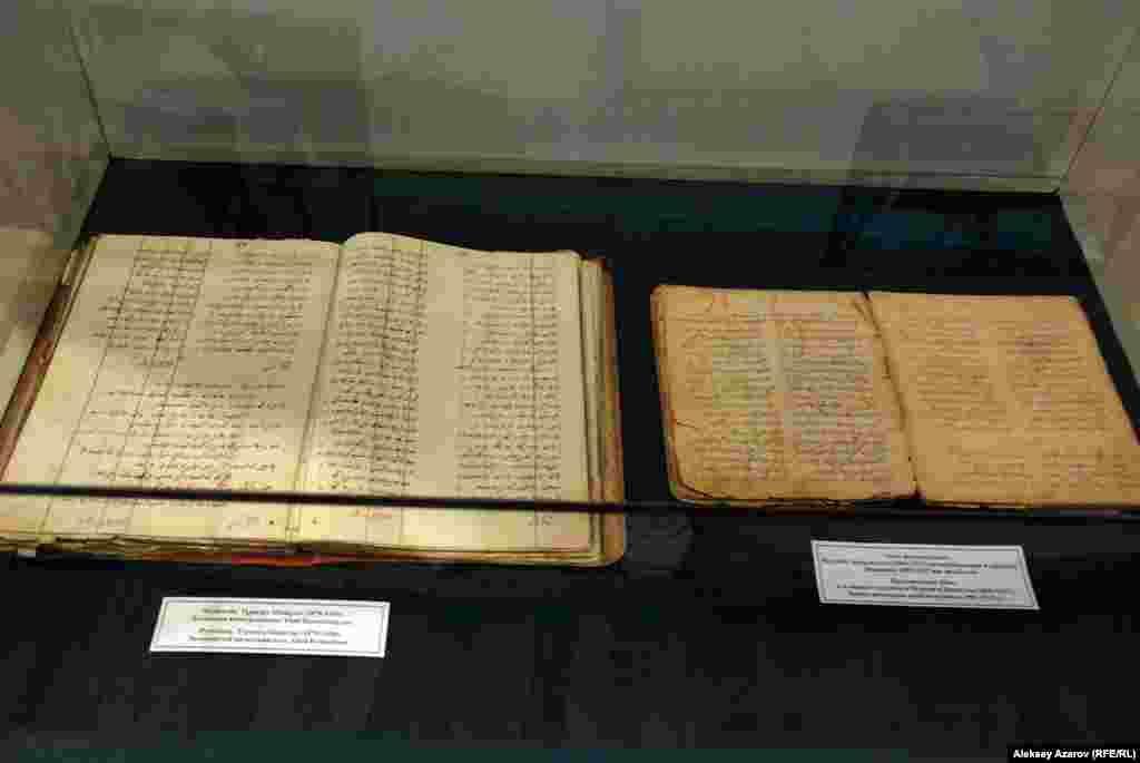 Слева — рукопись «Знаменитый казахский поэт Абай Кунанбаев», написанная его сыном Турагулом. Справа — четвертый вариант рукописи произведений Абая, подготовленный его секретарем Мурсеитом Бикиулы.