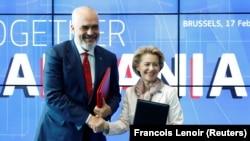 Kryeministri i Shqipërisë, Edi Rama dhe Presidentja e Komisionit Evropian Ursula Von der Leyen pas nënshkrimit të marrëveshjes për donacion.