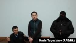 Гражданский активист Асет Абишев (в центре), принудительно доставленный из следственной тюрьмы в Алмалинский районный суд для присутствия на оглашении приговора. Алматы, 30 ноября 2018 года.