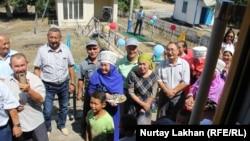 Жители станции Казыбек-бек встречают прибывший из Алматы поезд. Алматинская область, 16 августа 2017 года.