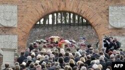 Маркум президент Качинскийди жана анын жубайын акыркы сапарга узатуу. Краков, Польша, 2010-жылдын 18-апрели.