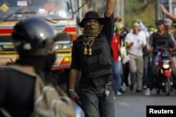 Боец отряда оппозиции с пистолетом во время перестрелки со сторонниками правительства. Бангкок, 1 февраля 2014 года