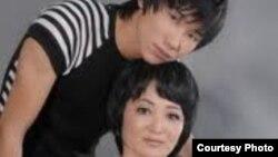 Молодой певец Кайрат Нуртас с матерью Гульзирой Усенкызы. Фото из личного архива.