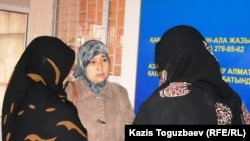 Группа жен узбекских беженцев-мусульман в здании Алмалинского районного суда. Алматы, 21 декабря 2010 года.