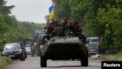 Українські солдати проїжджають місце, де були вбиті 13 українських силовиків, село Волноваха, Донецька область, 22 травня 2014 року